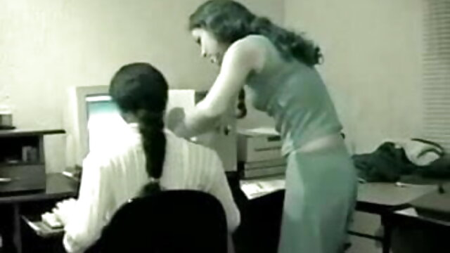 Groping اس کے پریمی کی ڈک کے ساتھ ایک ہی کمرے میں اس کے والد ٹی وی سکس پسر همجنس باز دیکھ کر